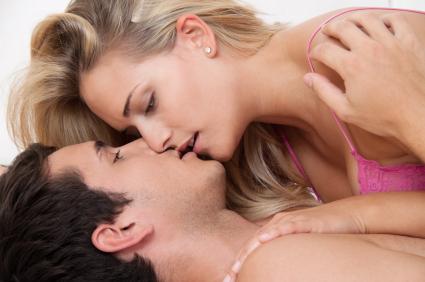 Paar im Bett bei Sex und Zärtlichkeit. Liebe und Erotik